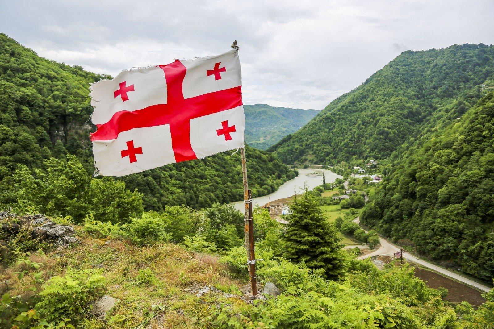 Флаг Грузии на фоне гор