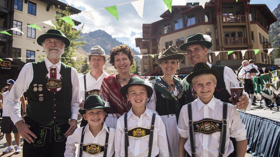 Семья пивоваров в традиционных одеждах на Октоберфесте