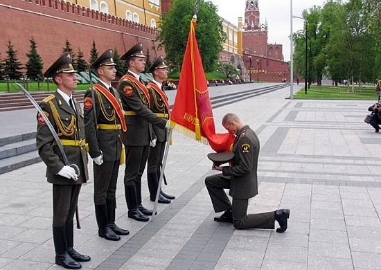 Боевые традиции вооруженных сил Росии включают и уважительное отношение к знамени.
