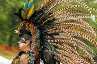 Головной убор из перьев - наиболее известный атрибут традиции индейцев