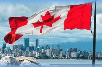Канадский флаг на фоне залива и города