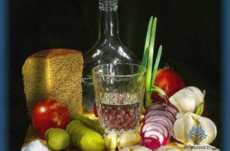 Стопка, карафка водки и традиционная закуска